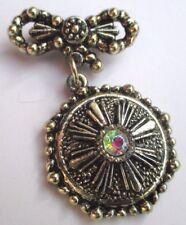 broche couleur argent bijou rétro pampille gravé relief cristal boréalis 3159