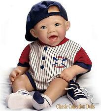 """Ashton Drake """"Michael il piccolo Slugger"""" - Realistico BABY doll-new In Stock Ora"""