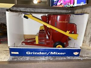 Ertl 1/16th Scale New Holland Feed Grinder Mixer Diecast #3039 1998