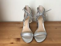 Display JEWEL Badgley Mischka silver leather ankle strap sandals shoes sz 9
