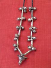 Collier indien en métal argenté , grelots et tchis.