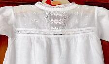 Vintage enfant main brodé en coton blanc robe de baptême-poupée?
