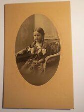 Nossen - im Korbsessel sitzendes kleines Mädchen mit Zopf - Portrait / KAB