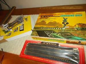 1970 TYCO OPERATING CROSSING GATE, TRACK, POLE SET, MIB, EXCELLENT