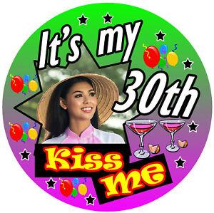 30th Diversión Personalizado de Cumpleaños Insignia (Kiss Me ) Any Color / Foto