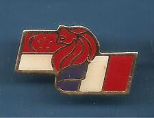 Pin's pin DRAPEAU SINGAPOUR FRANCE FLAG EMBLEME LION (ref 097)