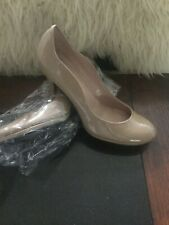 TAHARI NUDE PUMPS.    MINT CONDITION Preowned 8.5 M
