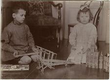 PHOTO ANCIENNE - VINTAGE SNAPSHOT - ENFANT JOUET MECCANO AVION POUPÉE - OLD TOY