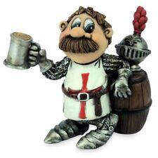 Funny Ritter trinkt Bier am Bierfass