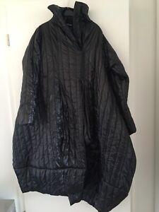 Ausgefallener Mantel von CREARE, schwarzer Stepp, Gr. I (36-40), neu, Lagenlook