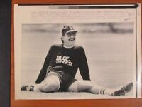 1990 Press Wire Photo Boston Red Sox pitcher Dennis Lamp stretching