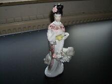 Porzellan/Keramik - Figur - asiatisch - Asiatin mit Blumenkorb - Symbol am Stein