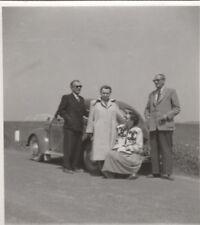 Foto Personen vor VW Käfer Brezel 50er Jahre