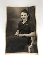 Antikes Foto Vintage Frau Mutter mit Art Deco Uhr Winter Studio 4.3.1943