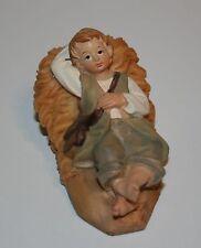 Krippenfigur Junge liegend im Stroh  3,8 cm h - 7 x 4 cm SF - für KF 9cm Deko
