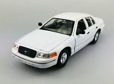 WELLY 1999 FORD CROWN VICTORIA WHITE 1:24 DIE CAST METAL MODEL NEW