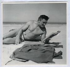 PHOTO ANCIENNE Homme Maillot de bain Gay interest Lecture Lire Journal Plage