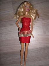 Barbie Puppe weiblich, rot-blonde Haare mit rotem Cocktail-Kleid
