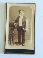 A018 CDV Photo albuminée circa 1900 jeune garçon en pied studio Caudeville Boulo