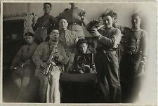 PHOTO ANCIENNE - VINTAGE SNAPSHOT - MILITAIRE MUSIQUE MUSICIEN TOURNE DISQUE