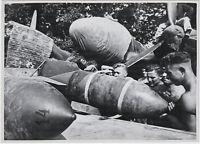 Abladen von Fliegerbomben, Orig.-Pressephoto, von 1940