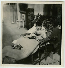 PHOTO ANCIENNE - ENFANT MALADE JOUET CHAISE - CHILD SICK TOY - Vintage Snapshot