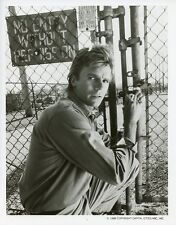 RICHARD DEAN ANDERSON CHAIN LINK FENCE MACGYVER ORIGINAL 1986 ABC TV PHOTO