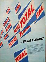 PUBLICITÉ DE PRESSE 1961 TOTAL VA DE L'AVANT - LES POSTES OZO TOTAL