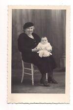 photo carte postale  grand mère avec bébé , non identifiée