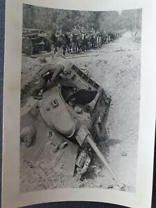 WW2 ORIGINAL PHOTO OF GERMAN WEHRMACHT DESTROYED T-34 RUSSIAN TANK