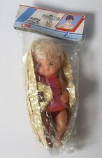 """Vintage années 1980 6"""" plastique bébé maggie poupée dans un roseau couffin rose gilet"""