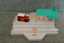 TOMY TRACKMASTER THOMAS TRAINS-ROAD/RAIL STATION WITH MOVING CAROLINE CAR