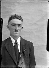Portrait studio homme moustache chaîne montre - négatif photo ancien verre 1940
