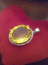 Grosse pierre jaune (citrine?) ovale  taillee 3,2 x 1,8 cm, montee en pedentif
