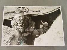 Foto de prensa, KB casco antiguo 89204: soldado en pozo, chaqueta camu., smock, schlupfhemd