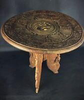 Ancien petit guéridon sellette tripode en bois sculpté ajouré pliable