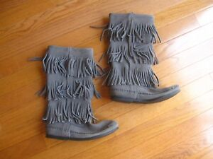 NEW Minnetonka Womens Calf Hi 3-Layer Fringe Boot Grey Suede Boots Size 6
