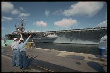 496099 due marinai salutare il USS RANGER come si aggancia a San Diego A4 FOTO STAMPA