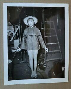 C.1960 PHOTO...BEAUTIFUL  ACTRESS POSING IN MINI DRESS SEXY LEGS ON  MOVIE SET