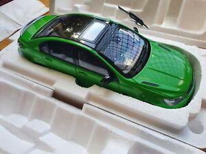 1:18 Biante Holden Commodore SSV VF Redline II Spitfire Green