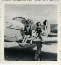 PHOTO ANCIENNE - VINTAGE SNAPSHOT - AVION AVIONNETTE ENFANT DRÔLE -PLANE CHILD 2