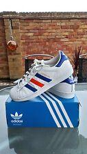 Adidas Superstars blanc avec bleu/rayures rouge taille 7 excellent état. Unique
