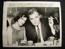 JAMES MASON CANDID w/SNIPE 1962 VINTAGE PHOTO W815