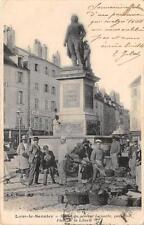 CPA 39 LONS LE SAUNIER STATUE GENERAL LECOURBE PLACE LIBERTE MARCHE (dos non div