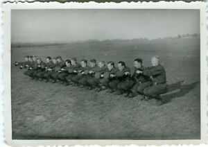 Photo allemande guerre WW2 -- Soldats allemands exercice sportif