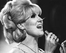 DUSTY SPRINGFIELD ENGLISH POP SINGER - 8X10 PUBLICITY PHOTO (OP-353)