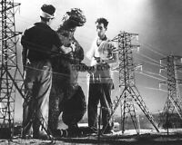 "BEHIND THE SCENES ON THE SET OF ""GODZILLA"" - 8X10 PUBLICITY PHOTO (RT813)"