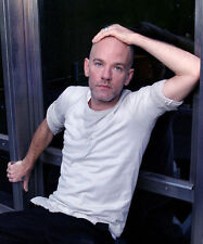 MICHAEL STIPE UNSIGNED PHOTO - 7673 - LEAD SINGER WITH R.E.M.