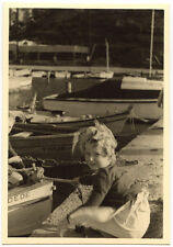 Port de pêche bateaux enfant assis - photo ancienne amateur an. 1940 50