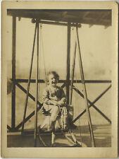 PHOTO ANCIENNE - VINTAGE SNAPSHOT - ENFANT JOUET CHEVAL DE BOIS BALANÇOIRE - TOY